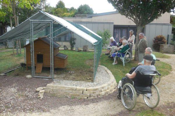 Depuis début septembre, un poulailler a fait son apparition dans le patio de l'EHPAD Le Floret à Laroquebrou dans le Cantal, pour le plus grand bonheur des résidents.