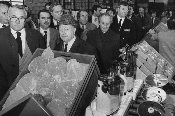 Jean Mantelet, le fondateur de Moulinex, au centre avec son chapeau, visitant l'usine d'Alençon le 3 février 1982.