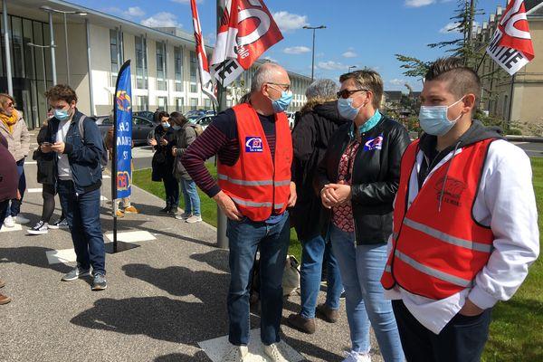 Une quarantaine de personnes ont manifesté à l'initiative de FO-Santé devant le centre hospitalier du Mans ce 12 avril pour dire combien l'hôpital est en voie d'épuisement