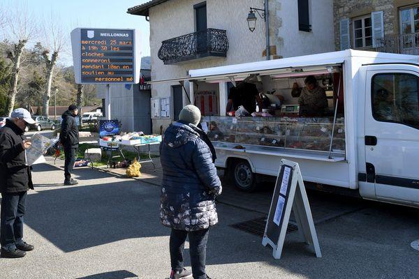 Le marché de Meillonnas (Ain) a pu se tenir ce mercredi 25 mars à condition que les gestes barrières pour stopper la propagation du coronavirus soient respectés.