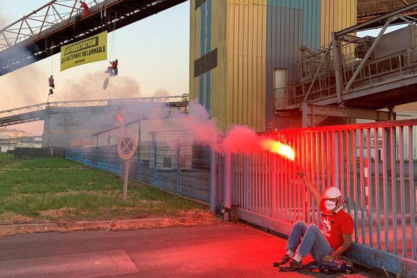 Dix militants de Greenpeac se sont enchaînés aux grilles d'un importateur de soja, à Saint-Nazaire • © France Televisions