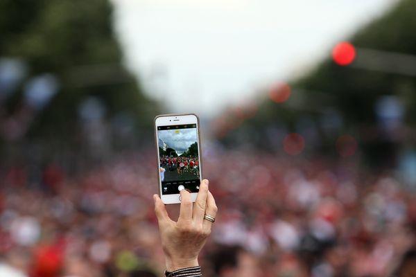 Une femme prend une photo avec un portable pendant que les supporters de la Hongrie marchent jusqu'au stade de Vélodrome de Marseille, avant le match de football entre l'Islande et la Hongrie durant l'Euro 2016.