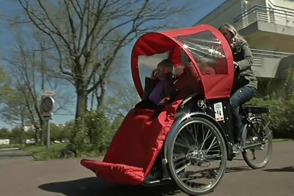 """Jane Salmon Nielsen a lancé des balades """"A Vélo Sans Age"""" en janvier 2016 près de chez elle à Rezé (44). Elle a repris un concept né dans son pays au Danemark."""