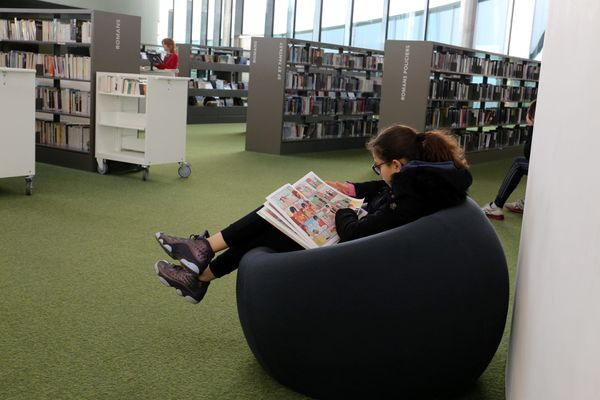 Collégienne en train de lire
