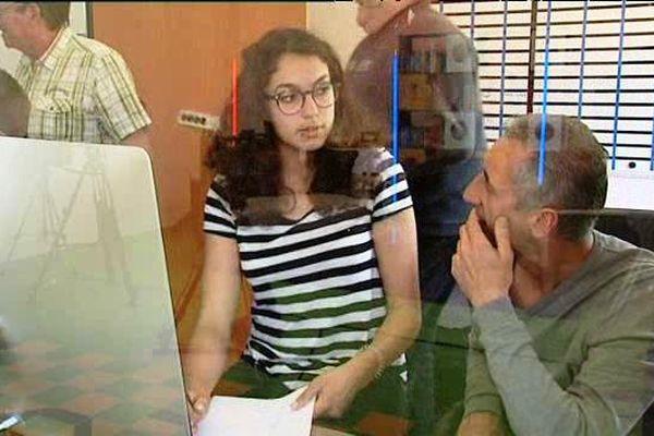 Albane (15 ans) prépare son reportage avec le responsable éditorial et directeur de COMCOM TV, Miguel Marquez.