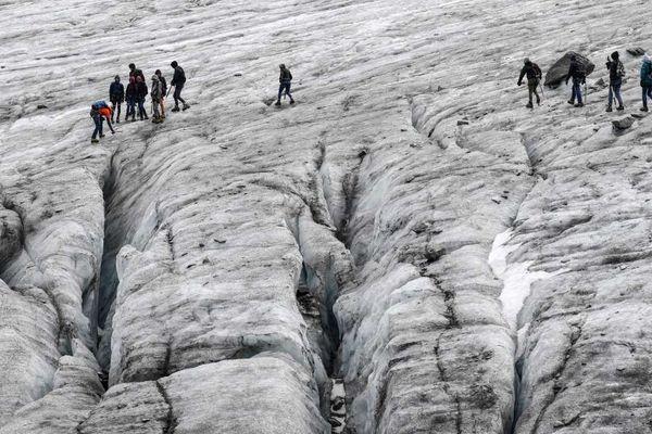 Août 2018, un guide accompagne un groupe à proximité des crevasses sur le glacier de Val Thorens dans les Alpes