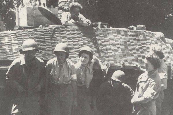 De gauche à droite: Denise Colin, Zizon Bervialle, Rosette Trinquet et Arlette d'Hautefeuille, Normandie, 1944.