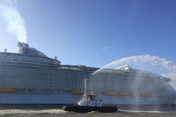 Le paquebot était bien accompagné, à son départ du port de Saint-Nazaire, samedi matin.