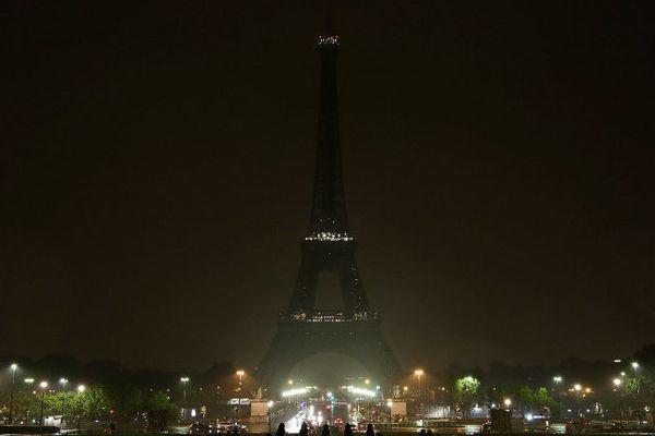 La Tour Eiffel s'est éteinte dans la nuit du 2 au 3 octobre, en hommage aux victimes des attaques de Marseille et Las Vegas.