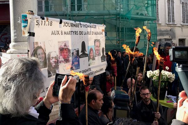 Place Homère, ce matin. Les Marseillais se sont rassemblés pour rendre hommage aux victimes des effondrements des immeubles de la rue d'Aubagne.