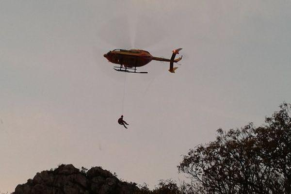 L'hélicoptère de la sécurité civile Dragon 76 lors de l'opération de sauvetage de l'adolescente de 16 ans mercredi 13 novembre