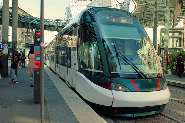 Un tram à la station Homme de fer dans le centre-ville de Strasbourg