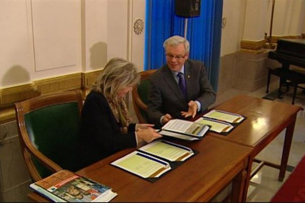 Le premier ministre du Manitoba, Greg Selinger, et la vice-présidente responsable de la politique internationale de la Basse-Normandie, Annie Anne, lors de la signature du protocole d'entente