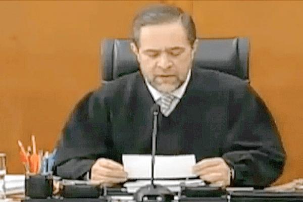 Jorge Mario Pardo,juge à la cour suprême du Mexique, rend publique la décision des cinq votants : libération immédiate et absolue de Florence Cassez.