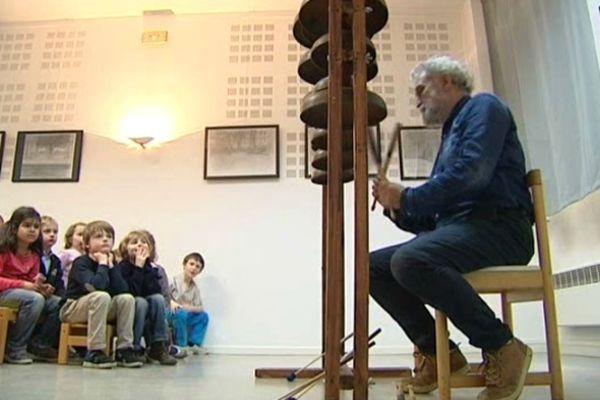 Depuis 1990, Llorenç Barber est notamment professeur à l'Institut d'Esthétique de Madrid. La transmission fait partie intégrante de sa démarche (ici à Grenoble dans une école).