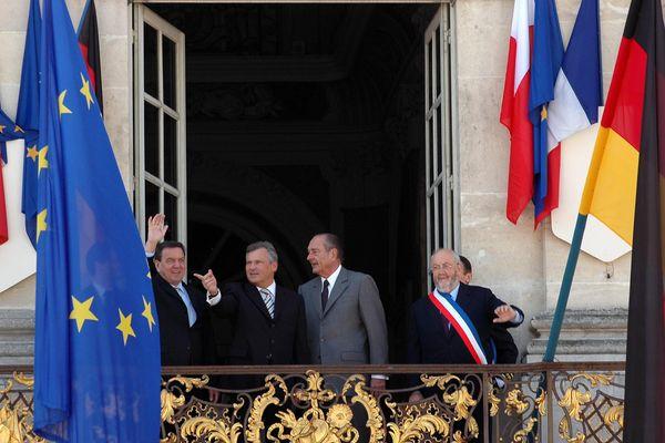 Le sommet de Weimar réunit à Nancy (54) le président de la République Jacques Chirac, le chancelier allemand Gerhard Schroder (1er à gauche) et le président polonais Aleksander Kwsniewski. Ils posent sur le balcon de l'hôtel de ville donnant sur la Place Stanislas en compagnie du maire de Nancy, André Rossinot (PRV).