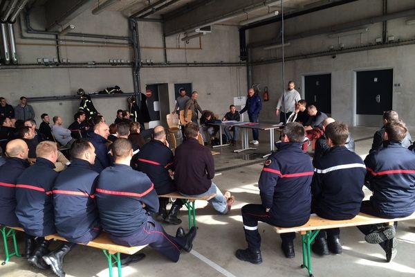 Les pompiers d'Ille-et-Vilaine en assemblée ici à Rennes, suite à leur mouvement de grève