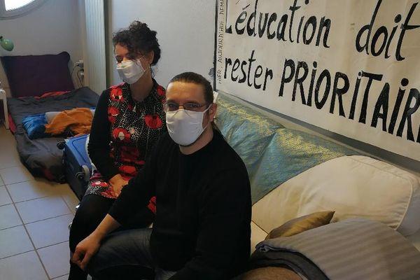"""A Givors, le collectif Aubrac maintient la pression : deux enseignants en grève de la faim depuis 17 jours. Pour l'équipe enseignante, """"l'éducation doit rester PRIORITAIRE"""""""