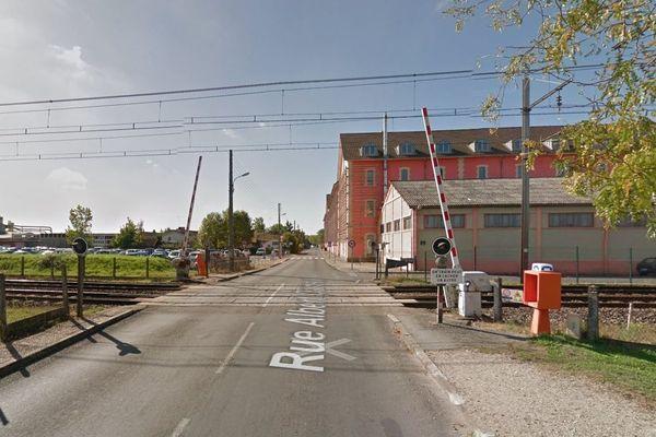 C'est sur ce passage à niveau, en proximité de la gare de Marmande, que la collision mortelle a eu lieu (illustration).