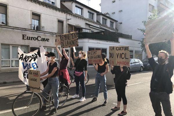 """""""La culture du viol en marche"""", """"un Etat à la gloire des violeurs"""" pouvait-on lire sur les pancartes des manifestants féministes ce vendredi 10 juillet."""