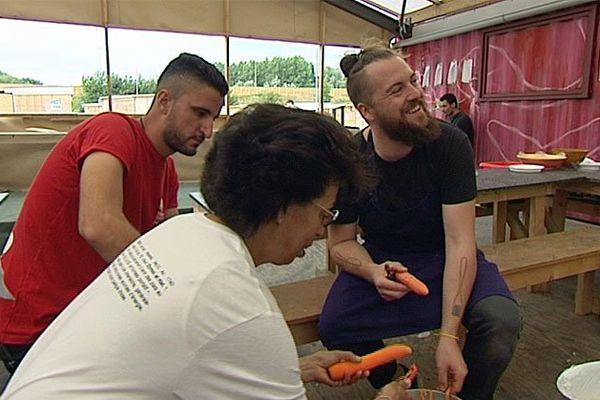 Florent Ladeyn cuisine au milieu des migrants à Grande-Synthe.