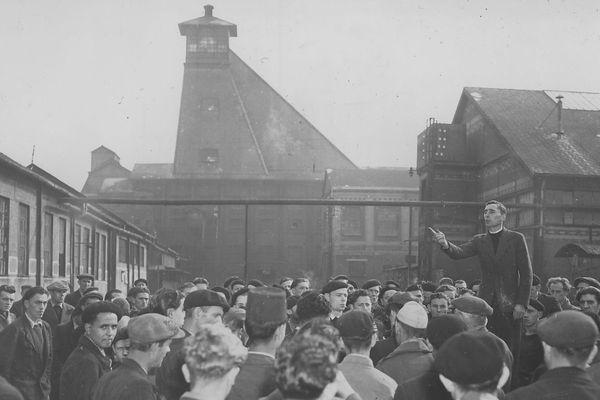 Les mineurs en grève en octobre 1948 à la fosse 9 de Lens.