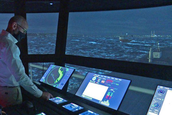 Arrivée dans le port du Havre vue de la passerelle d'un navire à bord du très performant simulateur de pilotage