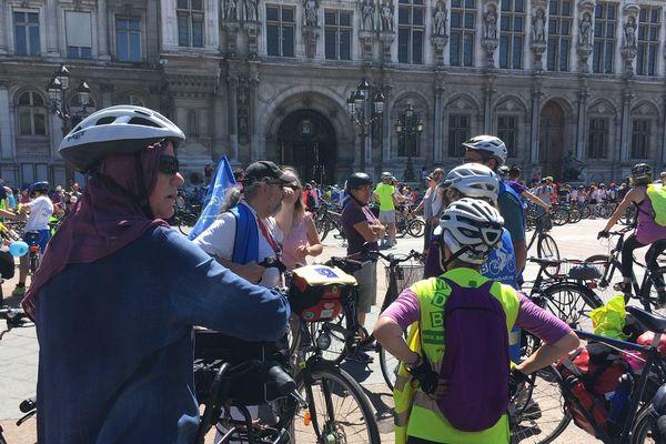 Des milliers de cyclistes ont convergé vers l'Hôtel de Ville de Paris pour promouvoir l'usage du vélo.