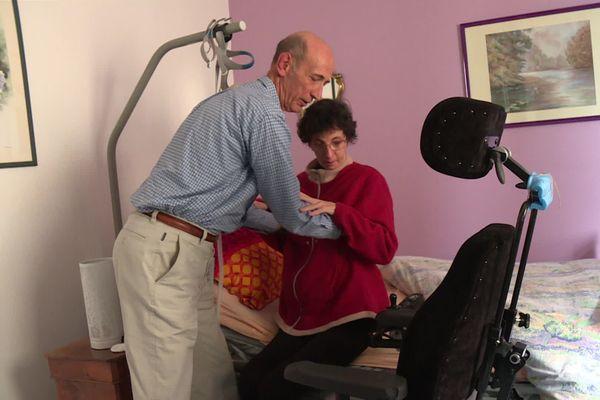 Henri aide au quotidien ses deux filles handicapées.