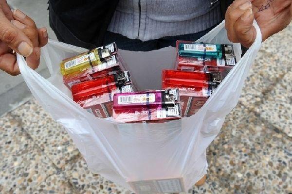 Dans le village frontalier de Les, en Espagne, un homme montre sa cargaison de cigarettes