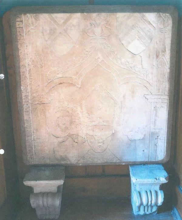 La stèle tombée sur l'homme de 70 ans dans l'église de Lure en Haute-Saône.