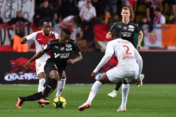 Amiens tente de mettre la pression sur la défense de Monaco. Ici, l'attaquant colombien d'Amiens, Juan Otero, se bat pour le ballon avec le défenseur brésilien de Monaco, Jemerson.