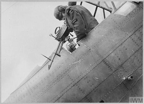 Un mitrailleur polonais, futur membre du 301 Squadron, à l'entraînement sur la base de Penrhos, au Pays de Galles, le 14 juillet 1940.
