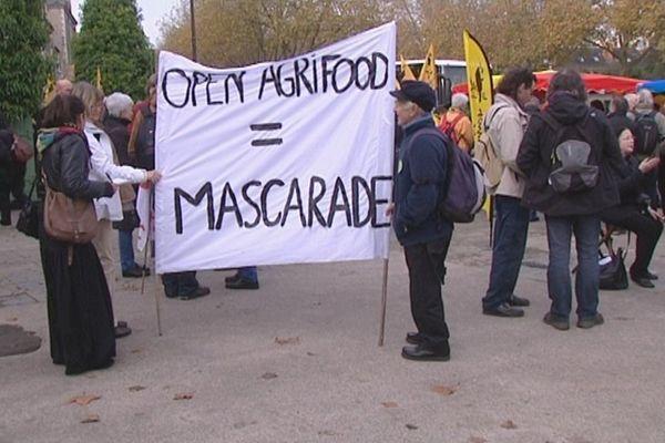Les opposants au salon Open Agrifood devant le théâtre d'Orléans le 20 novembre 2014.