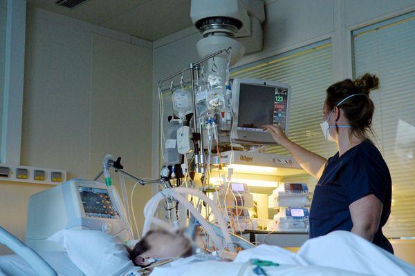 Face à l'afflux de malades plus important qu'au printemps, les hôpitaux publics et privés tentent de s'adapter pour les soigner (ici le service réanimation de la clinique Les Franciscaines à Nîmes le 5 novembre, photo d'illustration).