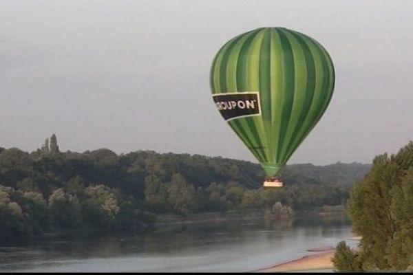 Olivier Cuenot a imaginé la plus grosse montgolfière du monde. Elle survole actuellement les châteaux de la Loire.