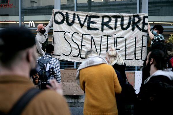 Etudiants devant le théâtre de la Colline à Paris.
