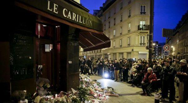 """Après les attentats du 13 novembre 2015, des gens se recueillent devant le restaurant """" le Carillon """" rue Bichat, à Paris."""