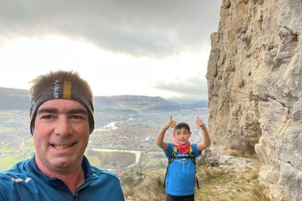 Antoine Valat et son fils au sommet de La Pouncho à Millau