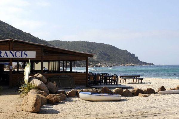 """La paillote """"Chez Francis"""" située sur la plage Cala d'Orzu."""