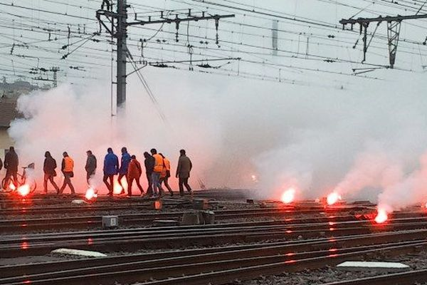 Les grévistes ont traversé les voies, lundi matin, à la gare Matabiau.