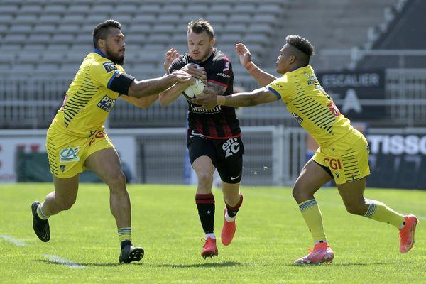 LOU reçoit Clermont à Lyon le 24 avril 2021 -Toby Arnold (LOU) au cours du match entre le LOU Rugby (en noir et rouge) et l'ASM Clermont Ferrand (en jaune) au Matmut Stadium de Gerland à Lyon et comptant pour la 22e journée du TOP 14, le championnat de France de rugby.