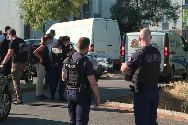 La police afflue, quartier des Escourtines