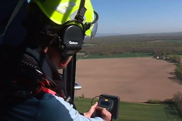 Le secouriste opérateur à bord de l'hélicoptère cherche la personne en se laissant guider par le Wolfhound