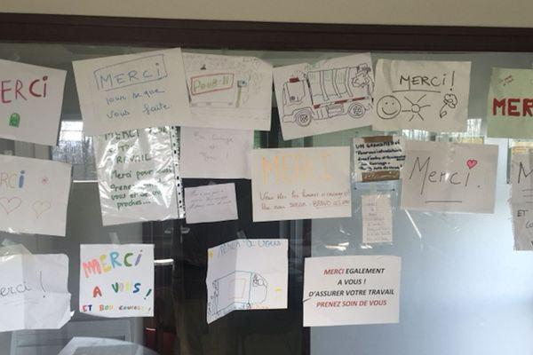 Les éboueurs affichent sur les murs de leurs ateliers les dessins trouvés durant leurs collectes