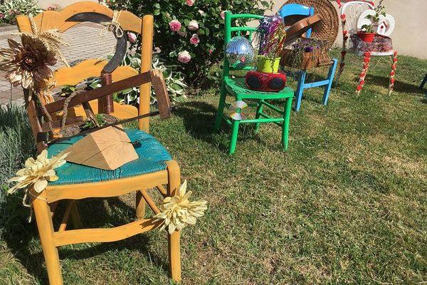 Chaises décorées à Lion-en-Sullias (Loiret)