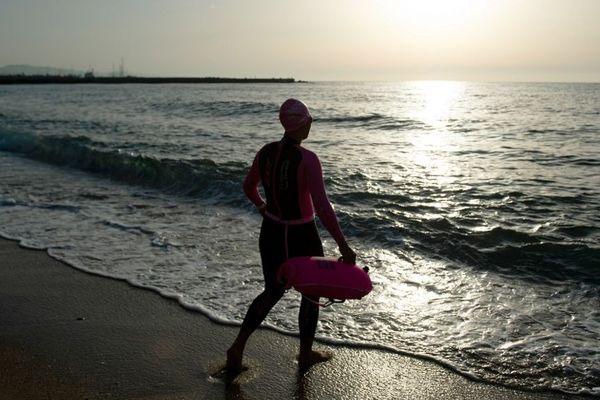 La plage de Barcelone, rouverte de 6h à 10h pour faire du sport et nager.
