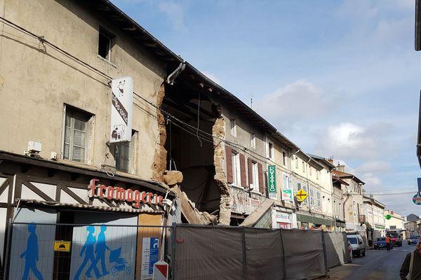 la façade et la structure du bâtiment de la grande rue de Miribel se sont totalement effondrés mercredi