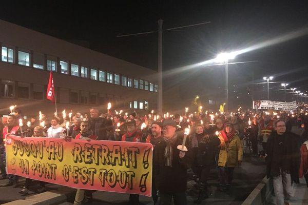 Jeudi 23 janvier, à Clermont-Ferrand, une retraite aux flambeaux contre la réforme des retraites a été organisée.