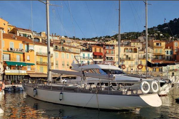 Le conseil départemental des Alpes-Maritimes met en vente ce monocoque de classe 12 mètres, conçu par l'architecte Warwick J Hood et construit par les chantiers WH Barnett Pty Ltd sur le site en ligne Agorastore.